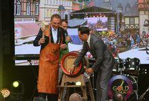 """Rathausfest Wernigerode 2015 / Superstimmung beim Rathausfest in Wernigerode!  Am Freitag fand die Aufzeichnung für die Sendung """"SAT1 Gold Schlager"""" statt. Die Sendung wird am 01.08.2015 um 20:15 Uhr bei SAT.1 Gold ausgestrahlt. Weitere Highlights waren Auftritte der Stars von Goldplay, Skameleon, Die Kassenpatienten, der Harzer Show Kristall der beliebte Mittelaltermarkt, Irish Folk und die RTL89.0 Party."""