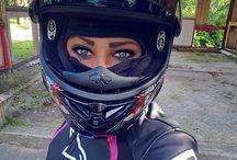 Mono moto chica