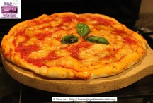 Pizza / The real and authentic thin crust pizza..... only in Italy, of course! Take a pizza class to learn how to make a real Italian pizza! http://isacookinpadua.altervista.org