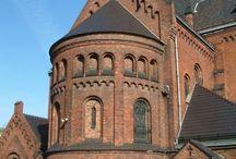 Absyda / Absyda – pomieszczenie na rzucie półkola, półelipsy lub wieloboku, dostawione do bryły świątyni i otwarte do jej wnętrza. Zazwyczaj zamyka prezbiterium, czasem nawy boczne i ramiona transeptu lub westwerk. Średnica absydy jest zwykle mniejsza, rzadziej równa, od przekroju poprzecznego części budynku, którą zamyka. Występowała już w architekturze rzymskiej, stąd przejęta przez chrześcijaństwo.