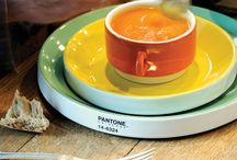 Aardewerk Pantone servies / Een aardewerk servies in 8 verschillende Pantone kleuren: rosé, lichtblauw, limoengroen, geel, zwart, lichtgrijs, oranje en paars. het servies is vaatwas- en magnetronbestendig en verkrijgbaar bij Che Bello Woonwinkel.  / by Che Bello Woonwinkel