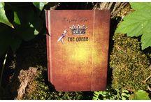 """Luxe et rubans / """"Dans sa tête"""" a imaginé des carnets très spéciaux qu'on pourrait croire uniques, avec des rubans en soie, des détails aussi précieux que les souvenirs d'un journal intime... Des marque-pages, comme dans les """"livres d'or"""" pour elle, mais aussi pour lui...  et puis les petit carnets à fermeture aimantée avec marquage à chaud argent, parfaits pour consigner ses secrets au fond du sac..."""