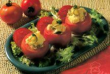 Garnituri / Garniturile sunt acele preparate care se servesc impreună cu felul doi. Acestea sunt în mare parte pe bază de legume, cele mai utilizate fiind: ardeii, cartofii, mazărea, dovleceii, vinetele, anghinarea, salata şi ciupercile. Ca modalităţi de servire pot fi: crude, fierte, la cuptor, prăjite sau pe grătar.