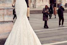 Bröllopsklänning och bukett