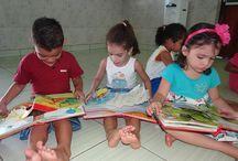 Die Kindertagesstätte Educandário / In der Stadt Cruzeiro do Sul leiten Franziskanerinnen die Kinderkrippe Educandário mit insgesamt ca. 220 Kindern im Alter zwischen 2 und 5 Jahren. Heute steht die Einrichtung als Tagesbetreuungsstätte allen Kindern offen, die ihre Eltern verloren haben oder aus ärmlichsten Verhältnissen kommen. Neben der Versorgung mit Frühstück, einer warmen Mahlzeit am Mittag und der Möglichkeit, sich zu waschen, erhalten die Kinder Vorschulunterricht und Freiraum zum Spielen.