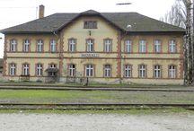 Vasútállomások. / A jártamban-keltemben fényképezett vasúti épületek táblája.