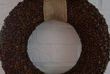 Sprzedany Espresso 199 zł - wieniec / Wieniec Espresso przypadnie do gustu zapewne wszystkim miłośnikom kawy ale nie tylko. Jego nietuzinkowość wynika z kilku powodów; po pierwsze wykonany został niezwykle pracochłonna metodą – baza otulona brązowozłotym filcem wyklejona została pięciuset gramami kawy. Po drugie jest on bardzo duży wieniec, gdyż jego średnica wynosi ok. 43 cm, a grubość 12 cm. Po trzecie (jak dotąd) to jedyny wieniec który  pachnie. Dodatkową ozdobę pełni jutowa kokarda.