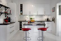 Cocinas pequeñas. / Tener una cocina de pequeñas dimensiones llega  a ser un verdadero reto para muchos propietarios de viviendas, debido a que se debe de buscar la forma de aprovechar al máximo todo el espacio haciendo uso de los mobiliarios, equipos y elementos decorativos acordes con el lugar.