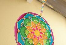 Mandala recykled / Ručně malované mandaly z recyklovaného materiálu.