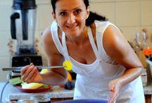 Varíme s Henrietou / Henrieta Peškovičová je autorka originálnych receptov, propagátorka zdravej výživy a varí a RAWí aj pre vás na Dobruchut.sk. Máte sa na čo tešit!