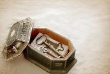cajas, latas, guardando recuerdos, tesoros, música