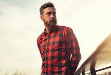 Camisa de Flanela / Peça coringa no guarda-roupa de todo homem, a camisa de flanela pode ser xadrez, listrada, tartan, lisa, colorida ou monocromática, há opções, oficialmente, para todo tipo de gosto. Confira esse guia e fique no estilo em qualquer ocasião.