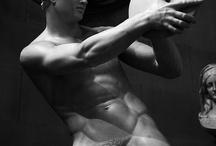 DISCUS / Le Discobole : Palazzo Massimo alle Terme, Rome !! Le Discobole est l'une des plus célèbres statues de l'Antiquité. Généralement attribuée à Myron, sculpteur athénien du Vème siècle av. J.-C., elle représente un athlète en train de lancer le disque. La statue représente un athlète nu, imberbe, figé alors qu'il prépare le lancé de son disque. La tête est tournée sur le côté. Les paupières sont lourdes, le nez droit, la bouche charnue et légèrement entrouverte, la mâchoire épaisse, le menton fort. L'original en bronze a été perdu. Seules demeurent des copies en marbre d'époque impériale.