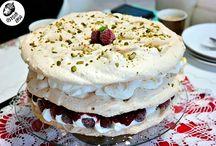 Tort bezowy z malinową galaretką