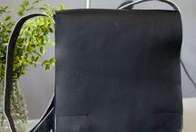Czarna torba na iPada / Torba na iPada z mocnej, matowej skóry. Wewnątrz usztywniona przegroda.