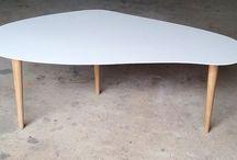 """Table Basse """"Butterfly"""" / Table basse avec un plateau réalisé en résine et trois pieds en chêne tourné."""