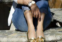Zapatos dorados.