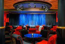 Dworek Gościnny Centrum kulturalno-biznesowe & Restauracja Jazz Bar / Dworek Gościnny to obecnie multifunkcjonalne centrum kulturalno-biznesowe, pozwalające na organizację dowolnych wydarzeń kulturalnych, biznesowych czy prywatnych. Pod oryginalnymi aranżacjami kryją się najnowocześniejsze systemy multimedialne, a możliwości techniczne Sali Balowej sprawiają, że jest ona miejscem najbardziej niepowtarzalnych uroczystości.