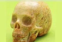Kristallen en fossiele schedels / kristallen schedels  van fosssiele, agaat, jaspis diverse soorten schedels, die verkrijgbaar zijn in de shop van danielle forrer. www.webshop-danielleforrer.nl