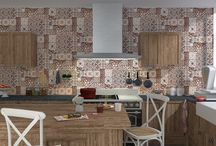 Le papier peint fait son retour dans la cuisine ! / Carreaux de ciment et mosaïques,tous les styles sont permis pour apporter du pep's à cette pièce tant appréciée !