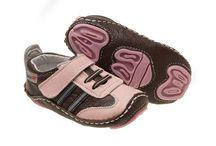 Rileyroos / Chodit naboso je pro nohy našich dětí to nejpřirozenější. Dopřejte jim tento pocit s botičkami Rileyroos, které jsou navrženy tak, aby napodobily chůzi naboso. Jsou vyrobeny z těch nejlepších materiálů – kůže nebo semiš.