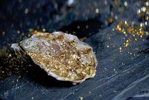 Ostra Regal, La sélection Or / Ce sont les plus belles huîtres sélectionnées parmi les Ostra Regal sur lesquelles nous disposons de fines pétales d'or alimentaire 18 carat.   Age : 36 Mois Goût : Sucrée, noisette, iodée Taux de chair : 16% à 18%