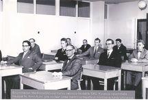 Markkinointi-instituutti 85 vuotta / Markkinointi-instituutin taival aikuisten kouluttajana alkoi 4.12.1930, kun viisi taloudellista keskusjärjestöä perustivat Myynti- ja Mainoskoulun. Perustajajärjestöinä olivat Keskuskauppakamari, Suomen Teollisuusliitto, Suomen Tukkukauppiaiden Liitto, Suomen vähittäiskauppiasliitto sekä Suomen Rauta- ja koneliikkeiden yhdistys. Kiinteä yhteistyö järjestöjen ja yritysten kanssa merkitsi käytännönläheistä koulutusta heti alusta pitäen.