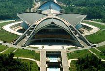 Космическая архитектура советской Армении /  В последнее время тема старых заброшенных зданий пользуется в интернете большой популярностью.    Мини-экскурсия по архитектурным памятникам советского модернизма, установленным в различных точках Армении.