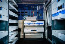 Allestimento furgoni / Allestimento per furgoni con scaffalature e cassettiere in lamiera d'acciaio come portautensili con supporti protettivi per vano carico come pianali in legno marino e rivestimenti in alluminio mandorlato