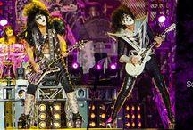 Kiss / I Kiss sono un gruppo hard rock statunitense, formatosi a New York nel 1973 per iniziativa di Gene Simmons e Paul Stanley. Al loro attivo hanno 24 dischi d'oro 10 dischi di platino e 2 multiplatino, nonché più di 130 milioni di copie dei loro album vendute complessivamente in tutto il mondo.