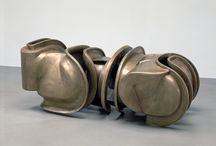 Tony Cragg / Bronce, madera, metal, piedra, arena, cristal, carbono y kevlar (especie de fibra sintética)  son los materiales que Tony Cragg ha utilizado para la creación de las obras, todas ellas realizadas entre 1998 y 2003.