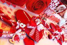 Valentijn / Valentijnsdag is de meest romantische dag van het jaar en dus het ogenblik om alle registers open te trekken. Zelf een kaartje maken met een liefdevolle boodschap, een roos in elkaar knutselen of op cadeautjesjacht gaan naar het perfecte geschenk voor je geliefde? Het kan allemaal...