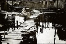 Livro Favelas Cariocas 1970 / RIO - FAVELAS CARIOCAS 1970 através de centenas de fotos tiradas em final da década de 60 e início década 70 e, fazendo contraponto com registros fotográficos feitos hoje nos mesmos locais, mostrará as modificações por que estas comunidades passaram nos últimos 40 anos. São quatro favelas documentadas. Favela da Maré, Favela da Rocinha, Favela do Morro São João / Morro do Encontro e Favela da Catacumba na Lagoa Rodrigo de Freitas.