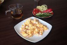 Paleo reggeli / Házi csirke mell sokával készült 3 tojásos rántotta kizárólag kókusz zsíron, koktél paradicsommal, kígyó uborkával, tv paprikával és retekkel, meg persze egy csésze tea! Jó étvágyat