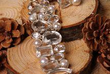 Embraces Art Jewellery / Sieraden Designed by Nature.  Sieraden van Embraces Art by Y.F.E.O., voor de vrouw die trends volgt en tegelijkertijd trouw blijft aan haar persoonlijke stijl. Sieraden die geschikt zijn voor alle gelegenheden, sportief of elegant. De ontwerpen van deze elegante sieraden, in tal van kleurschakeringen, zijn geïnspireerd door natuur, cultuur, mode en design. Ze worden met veel zorg en gevoel voor detail op verantwoorde wijze in Zuid-Afrika en India vervaardigd.