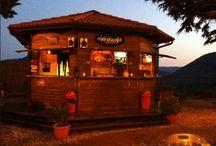 Mama's cafe chalet / Situato sulla cima di Castro dei Volsci in provincia di Frosinone, lo splendido Chalet Mama Cafè gode di un posto esclusivo e della più bella veduta sulla valle del sacco e su tutta la provincia di Frosinone
