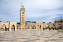 Marokko / Ein Marokko Urlaub übt seit jeher eine starke Faszination auf Besucher aus der ganzen Welt aus. In der vielfältige Welt des Königreichs zwischen Atlantik und Mittelmeer gibt es im Marokko Urlaub viel zu entdecken. Von historischen Königstädten bis zu den großartigen Landschaften können Sie hier den Gegensatz der glühenden Wüsten, schneebedeckten Bergen und fruchtbaren Oasen genießen und sich von der hervorragenden marokkanischen Küche verwöhnen lassen.