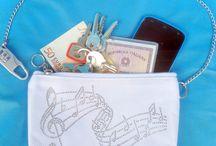 Pochette Silwax / Proteggi la tua borsa e sopratutto le cose a cui tieni di più con la pochette Silwax! E' una pochette particolare, con funzione di antifurto. Ha una catenina che termina con un lucchetto a combinazione. I beni più preziosi sono custoditi all'interno della borsa e bloccati  con la catenina arrotolata intorno al manico. Se il ladro affonda le sue mani nella tua borsetta non riesce a tirar fuori nè ad aprire la pochette!