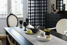 AMBIENTES. / Casas cálidas y acogedoras se puede crear con cualquier diseño o estilo. Además de muebles, cortinas, alfombras, cojines, cuadros y flores...una colcha sobre el sofá, una taza en la mesa o un libro abierto pueden transmitir sensación de hogar a la estancia donde se colocan.
