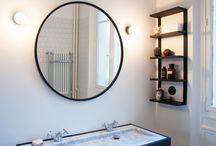 Une salle de bain rétro-minimaliste