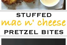 Mac'n Cheese Recipes / From bacon and onion to sriracha and cream cheese, enjoy these undeniably cheesy mac'n cheese recipes!