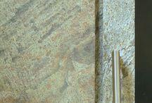 Stone / Novità assoluta: abbiamo realizzato un altro dei vostri sogni. Siamo riusciti a creare un serramento con rivestimento in pietra che si mimetizza con l'ambiente che lo circonda e dà l'illusione di un foro ricavato nella parete di roccia. Se non fosse per la maniglia sarebbe difficile distinguere il confine tra finestra e muro