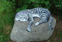 Gato pintado en una piedra