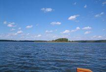 Havel-Müritz-Rundtour / Ein Teil dieser 60 bis 90 Kilometer langen, fast strömungslosen und familienfreundlichen  Havel-Müritz-Rundtour liegt in der Kernzone des Müritz-Nationalparks nordwestlich von Neustrelitz; der übrige Teil führt uns durch die Seen und ihre Verbindungen der Mecklenburgischen Kleinseenplatte. Im Verlauf der Havel befinden sich etliche Seen, die wie Perlen an einer Schnur mit ihr verbunden sind. Die Landschaft strahlt Ruhe aus, es gibt keine großen Städte und auch die Motorboots-Zone ist nur kurz.