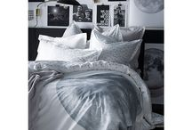 Déco : Linge de lit en mode Arty / Pour égayer votre chambre, et en faire une véritable oeuvre d'art. Pensez au style Arty, les années passées s'invitent dans votre intérieur et redonne de la couleur à vos nuits. #arty #design #formesgeometriques #styledeco #lingedelit