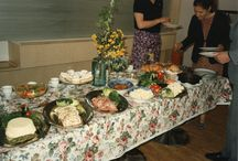 Kasari - Valokuvia (ruoka, arki- ja juhlaruokailu, ravintolat, kotikeittiöt) / Kadonneen Kasarin metsästys jäljittää 80-luvun ruokailuun liittyviä valokuvia maaliskuussa 2014 avautuvaan näyttelyyn.   Osallistu ja tule mukaan tekemään näyttelyä. Merkitse kuviisi #kadonnutkasari niin lisäämme ne tänne.   Kaikki metsästykseen osallistuvat pääsevät mukaan näyttelyn kasarihenkisiin avajaisiin 28.3.2014. Myös muita yllätyksiä on luvassa. www.kadonnutkasari.fi
