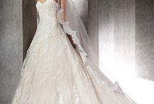 ZURANA nagy uszályos csipke menyasszonyi ruha a Rosabella Szalonban