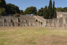 Pompeje / Starověké Pompoje se nacházejí nedaleko Neapole. Jsou největším turistickým lákadlem regionu. Ovšem ne jediným, sopka Vesuv je na cestě mezi Neapolí a Pompejemi.