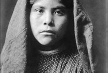 """Pima People / Les Pimas sont un peuple de Nord-Amérindiens originaires du Mexique et du Sonora. ... Le nom raccourci """" Pima """" est censé provenir de la phrase pi ' Ani mac ou pi mac , signifiant """"je ne sais pas"""", utilisée à plusieurs reprises dans leur première rencontre avec les Européens. Les Indiens Pima se sont d'abord eux-mêmes appelés Othama. Wikipédia"""