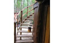 Altana drewniana kryta strzechą / Altana od podstaw wykonana u klienta, który ma bezpośredni wgląd do realizacji oraz wyboru kolorystyki drewna. - drewno - malowane środkiem antygrzybicznym - konstrukcja - grubość bali uzależniona od wielkości altany (średnio 30 cm średnicy) - trzcina - po przekwitnieniu w danym roku jest ścinana i bez dodatkowych procesów układana - strzecha - grubość jest samoistną termoizolacją zarówno latem jak i zimą, natomiast właściwe ułożenie zapobiega degradacji przed ptactwem i robactwem